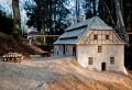 Līgatnes pirmo papīra dzirnavu ēkas makets Vienkoču parkā